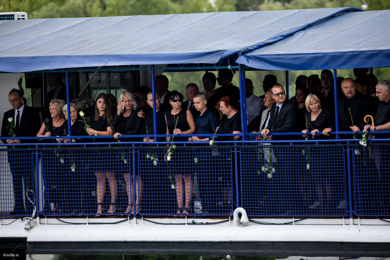 Mourning relatives on the Halászbástya.