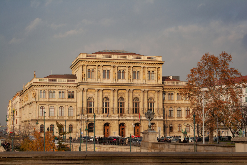 A Magyar Tudományos Akadémia épülete is a kőbányai mészkőből készült.