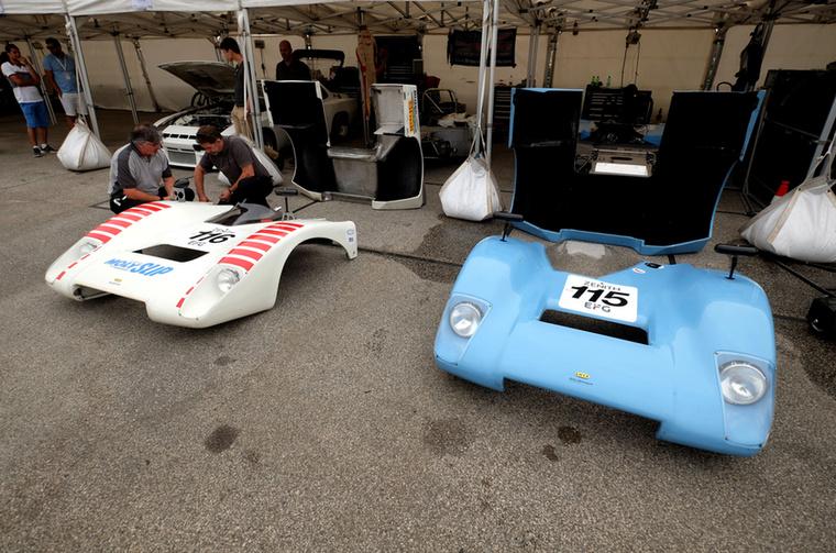 Chevronok leszedett orra, a háttérben egy gyári Porsche 924 GTR versenyautó, mai értékén olyan félmillió euró