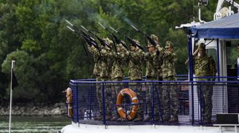 Puskalövések és az utolsó út a vízen - a hajóbaleset áldozatainak a temetése