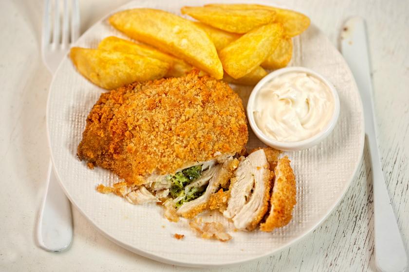 Bazsalikomos pestóval töltött, rántott csirkemell: egyszerre omlós, szaftos, ropogós