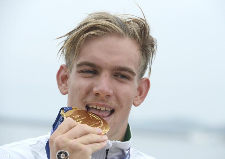 A győztes Rasovszky Kristóf a nyíltvízi úszók férfi 5 kilométeres versenyének eredményhirdetésén a 18. vizes világbajnokságon a dél-koreai Joszuban 2019. július 13-án