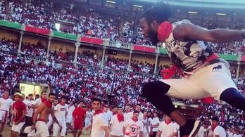 Egy dühös bika felett átugrálva vakációzott a Washington Redskins védője