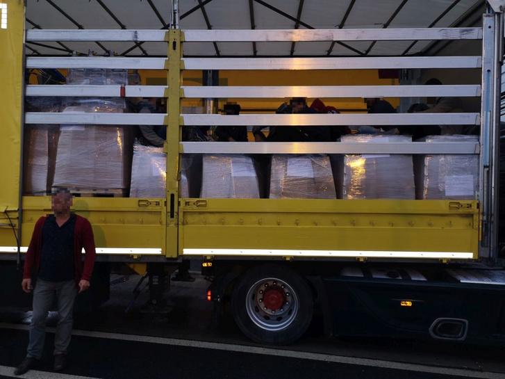 Egy kamion ellenőrzése során tizennyolc határsértőt találtak megbújva a magyar és a román rendőrök Csanádpalotán