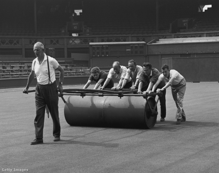 1963-as bajnokság előtt gyephengerrel mennek végig a Wimbledon All England Lawn Tennis and Croquet Club pályáján június 14-én