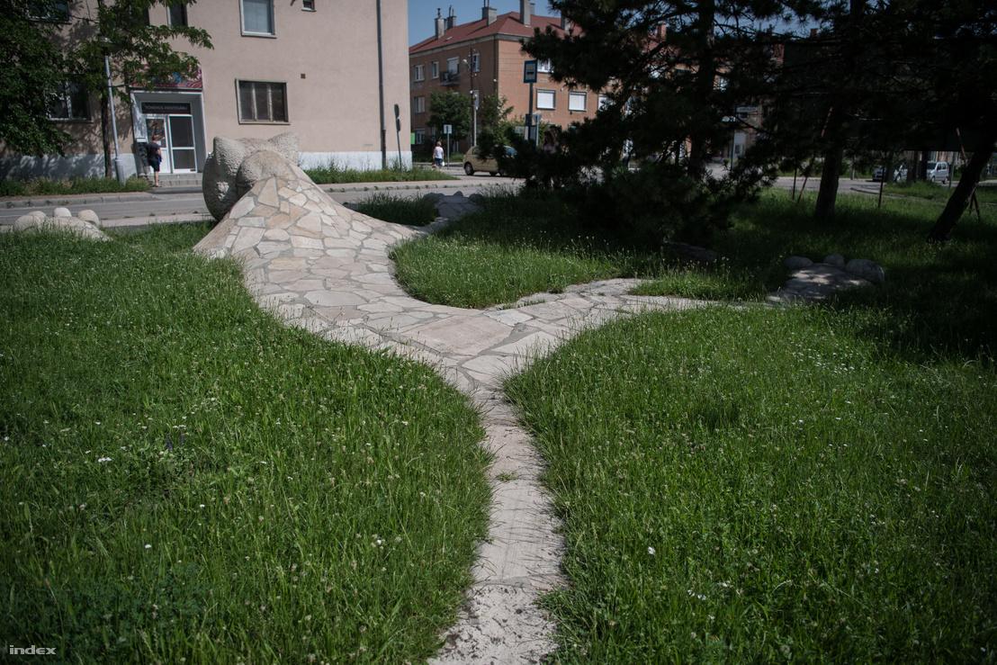 A Kőmacskának becézett szobor hátulról