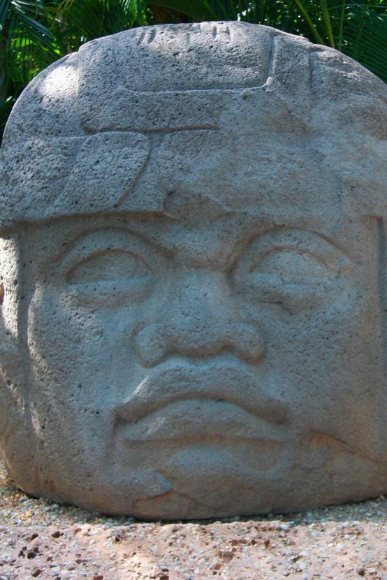 Több ezer éves, hatalmas olmék fej. Ezek a közép-amerikai szobrok ihlették a Játszó macska fejét.