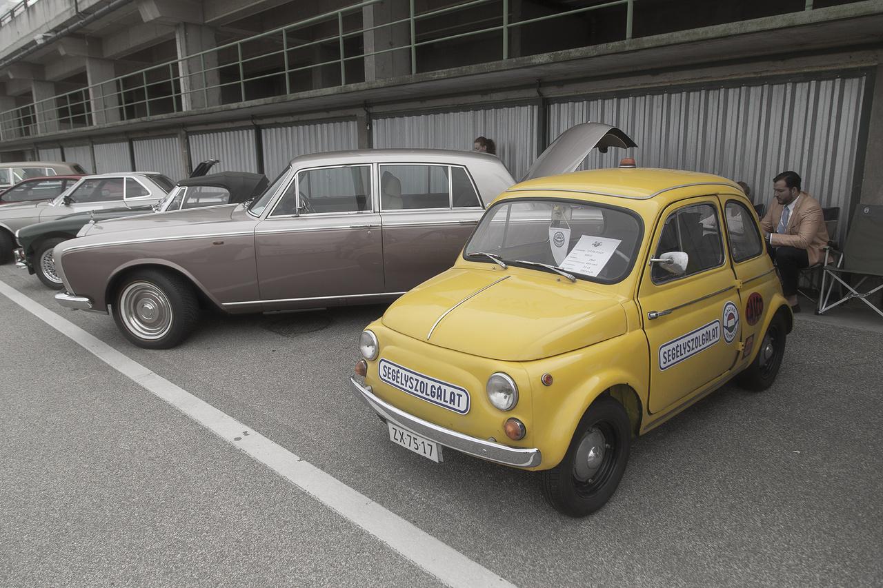 Ennél nagyobb nem is lehetne a kontraszt a Rolls-Royce és a kis pattanás Steyr Puch 500 között, mókás ötlet volt őket egymás mellé parkolni