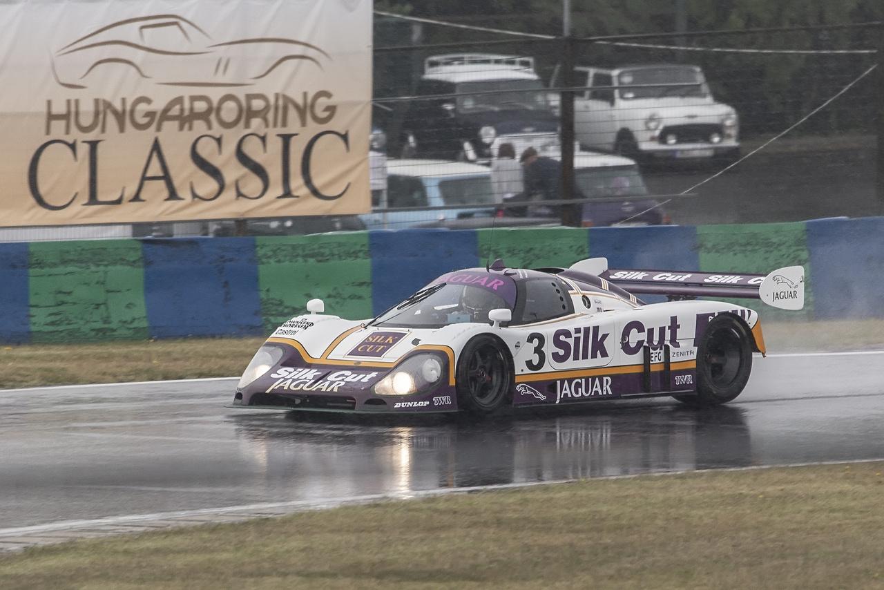 Szombaton délelőtt jókora esőzés nyomta rá a bélyegét az edzésekre, óvatosan is bánt a legtöbb versenyző az autójával, nehogy a falban vagy a sóderágyban kössenek ki. A C csoportos ex Le Mans-autók egyik legendás résztvevője, a Silk Cut festésű Jaguar is így tett, szerencsére meg is érte a délutáni első futamot