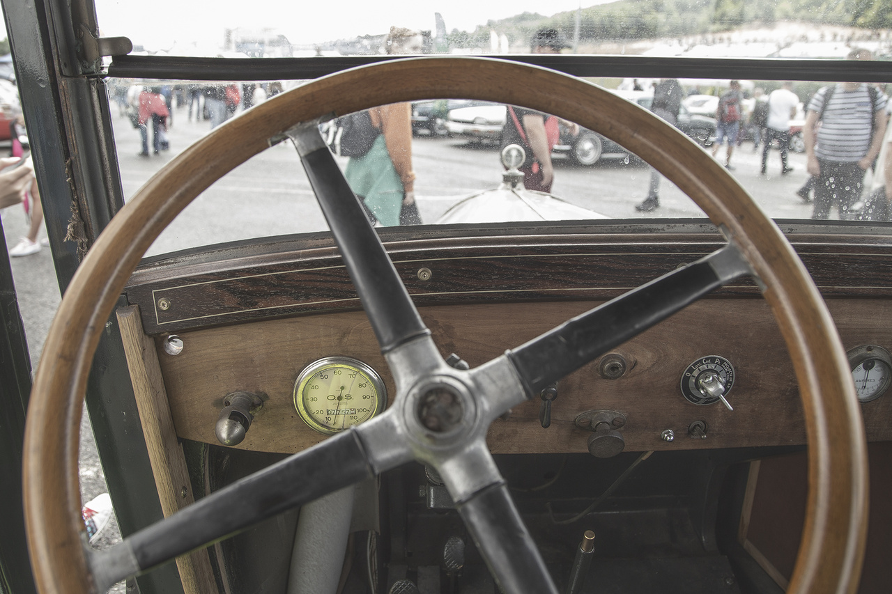 Ilyen a kilátás az egyik legrégebbi résztvevő, az 1924-es Citroën B10 vezetőüléséből. 1500 köbcentis, négyhengeres motorja aszfaltszaggató 10 lóerő leadására volt képes, elöl két rugós fotel, hátul egy kanapé alkotta a belteret. Ez volt a márka első teljesen acélvázas modellje, felváltva a korábbi fából készült megoldásokat. Négymillió forintért most a tiéd lehet, ami jutányos árnak tűnik egy darabka történelemért