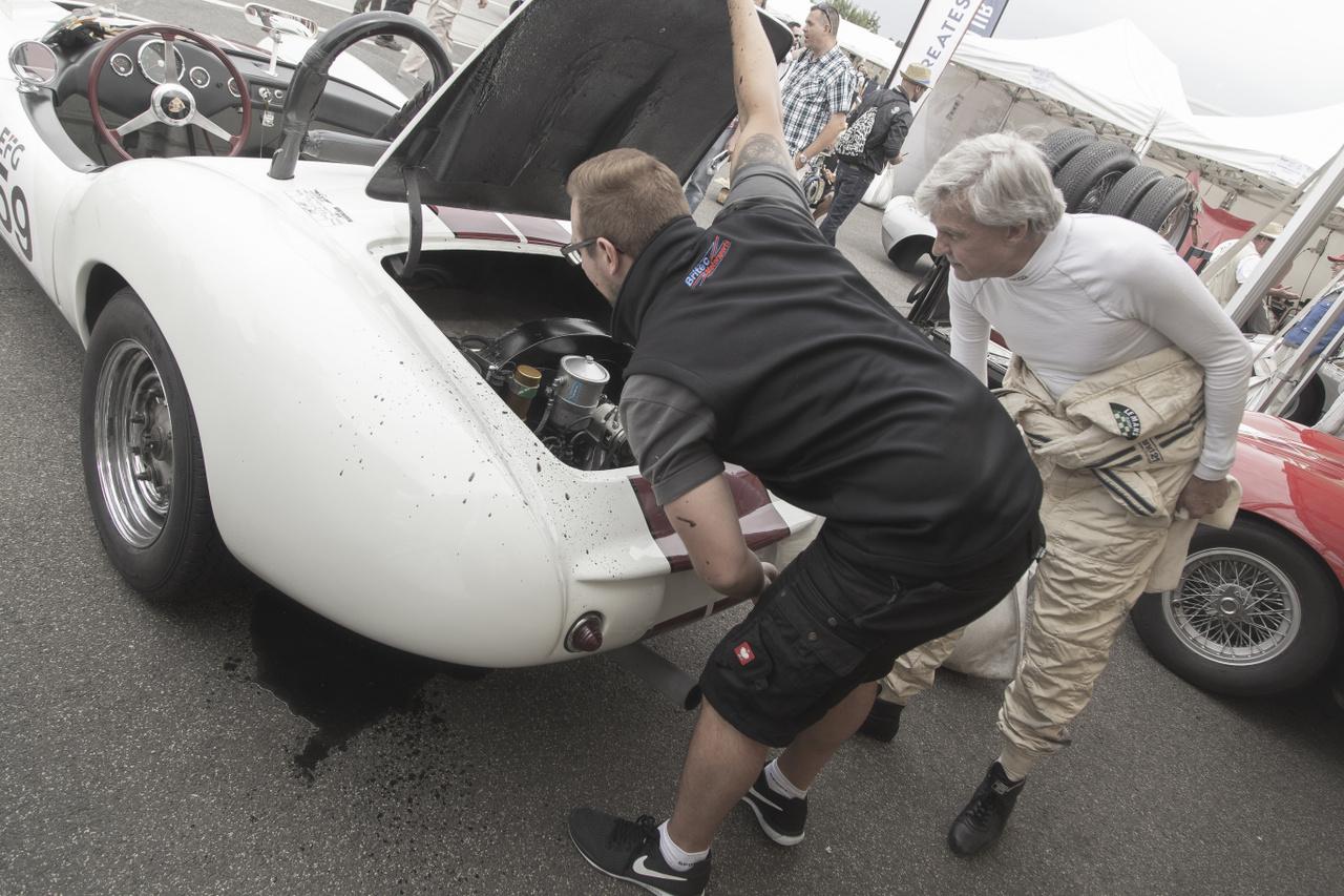 Ilyet sem látni minden sarkon: Devin D Spyder kit-car 1959-ből. Szegénynek már az első beindításakor összefolyt taknya-nyála, nem kis fejtörést okozva fellépés előtt. Maga a koncepció a saját korában sikeres volt, az amerikai Bill Devin olcsó, könnyű sportkocsikat kezdett gyártani, melyeket szereld magad készletben és versenykész állapotban egyaránt kínált, például a Porsche 356 B-ből származó, 1600 köbcentis motorral