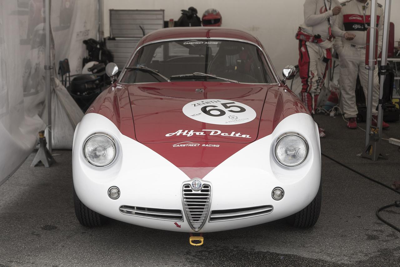 Ha az autónevek szépségversenyét is meghirdetnék, az Alfa Romeo Giulietta SZ (Sprint Zagato) Coda Tronca, 1962-ből egészen biztosan dobogóra esélyes lenne. A kis gyösz 1300-as motorból akkoriban 97 lóerős teljesítményt tudtak kipréselni, ami nem is volt olyan kevés a nem egészen 860 kg-os tömeghez képest. Ma egészen jutányos, 2-300 millió forintos áron is hozzájuthatunk egy-egy keveset futott, sérülésmentes, svájci orvosfeleség által nagymamát hétvégén templomba hurcolós, megkímélt példányhoz