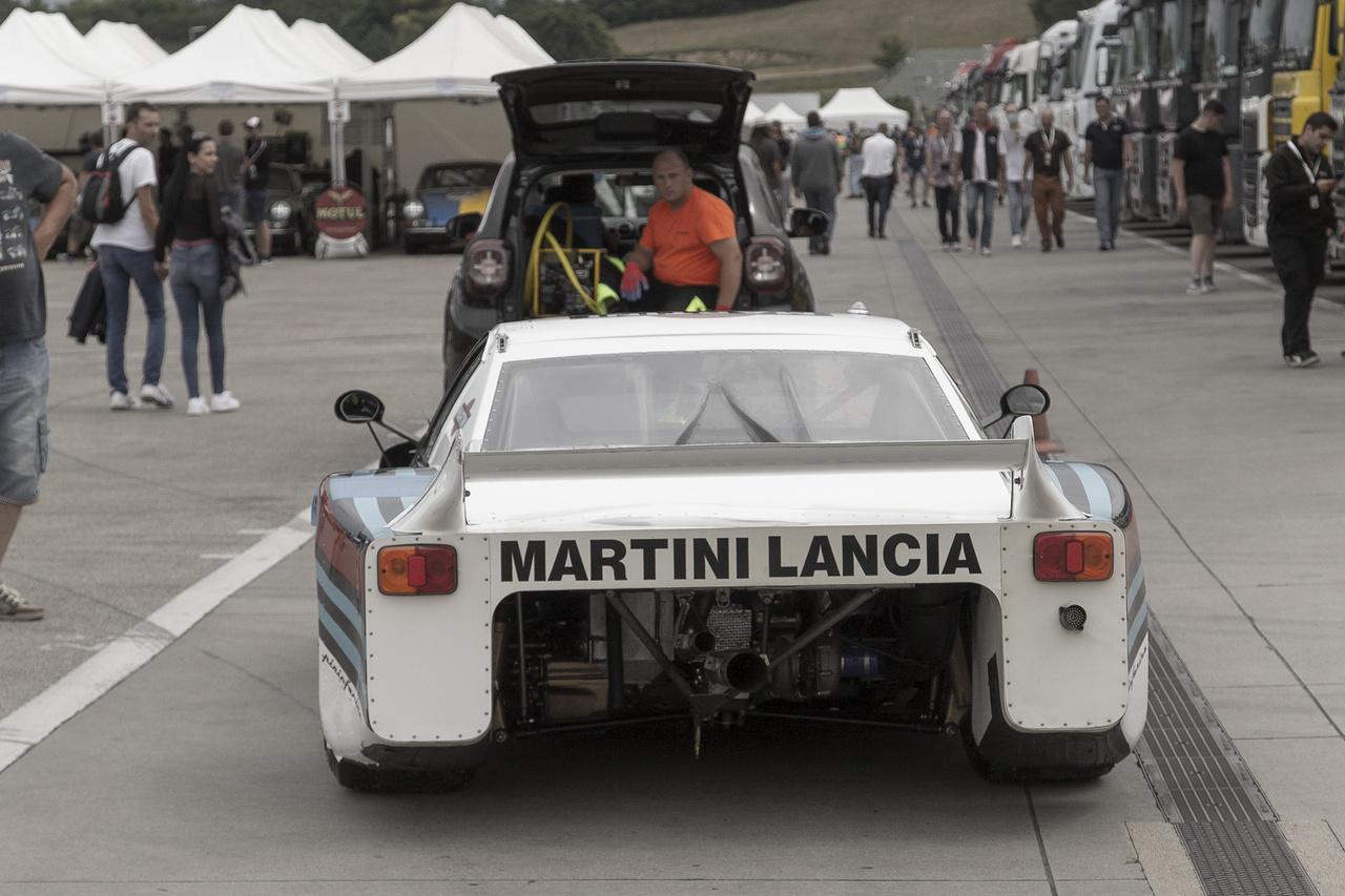 Van, hogy a Lancia Beta Martini Racing is feladja a harcot, ilyenkor bizony jól jön a modern technika, hogy mielőbb a boxba jusson és folytathassa a küzdelmet