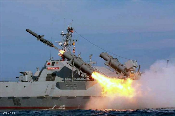 Dátummegjelölés nélküli kép egy hajóelhárító rakéta teszteléséről egy ismeretlen észak-koreai helyszínen.
