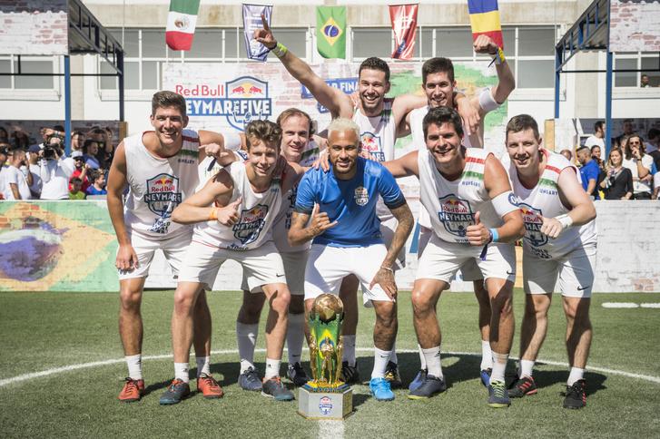 Neymar a győztes csapattal