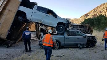 Jeepekkel és GMC-kkel teli vonat siklott ki Nevadában