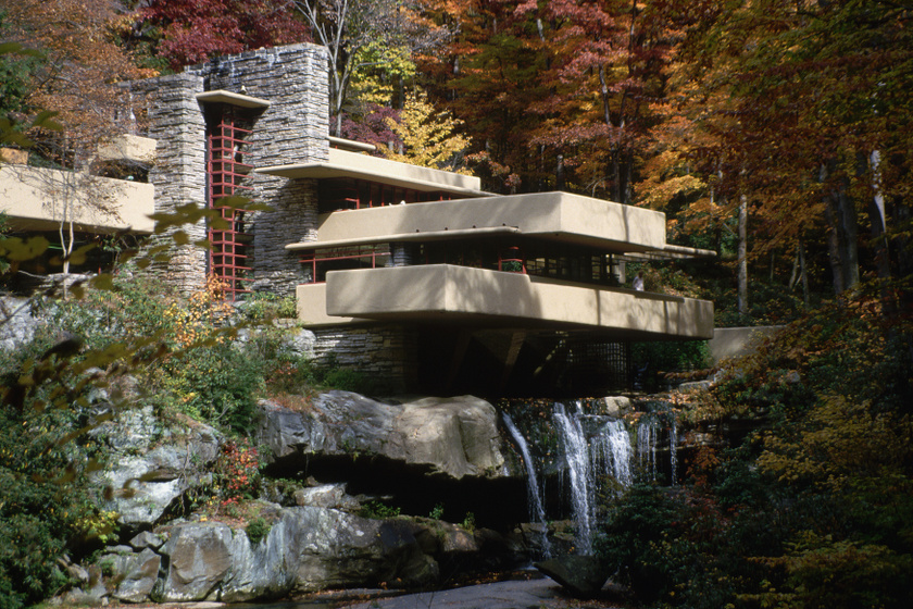 Fallingwater - Mill Run, Pennsylvania. A Vízesés-házat egy gazdag kereskedőnek tervezte 1935-ben. Megépülése után és később is Wright legszebb munkájának tartották, népszerűsége azóta is töretlen az amerikaiak körében. Az épületet a Kaufmann család utolsó tagja az államnak adományozta, ma múzeumként üzemel.