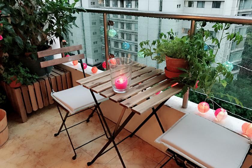 Zöldbe borul az icipici erkély: mesebeli hangulatot teremtenek a teraszon a növények, ha így rendezed el őket