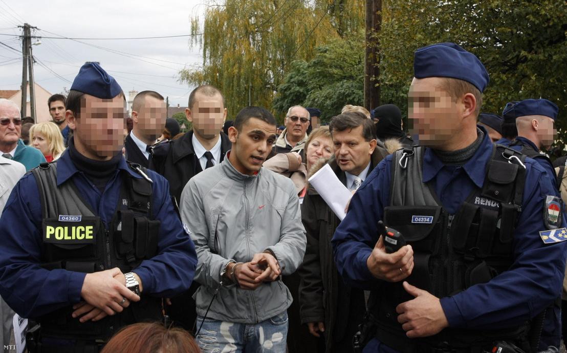 Balla Lajos (középen j) tanácsvezető bíró és az elsőrendű vádlott (k) az olaszliszkai emberölés ügyében tartott helyszíni tárgyaláson 2009. október 27-én