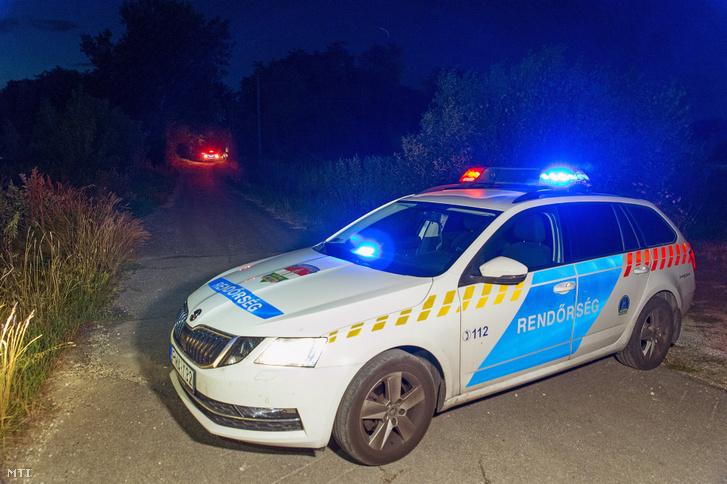 Rendőõrautó zárja le az utat a Győr-Moson-Sopron megyei Abdán 2019. július 14-én. A településen egy férfi bozótvágó karddal mért csapást egy rendőrre kora este a rendőrök célzott lövést adtak le a támadóra aki súlyos sérüléseket szenvedett és a helyszínen életét vesztette. A sérült rendőrt a mentők kórházba vitték.