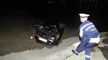 Egy kompra váró autó a Dunába gurult, egy utas meghalt Nagymarosnál