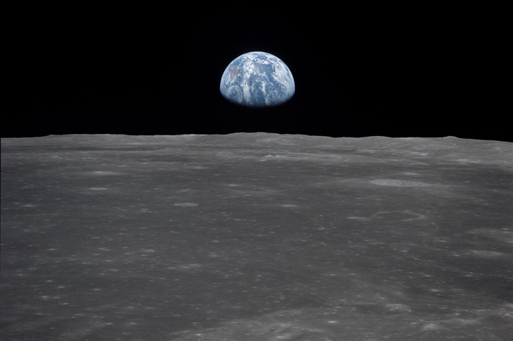1969. július 20-án készült kép az Apollo 11 űrhajóból, ahogy a föld felkel a holdról nézve