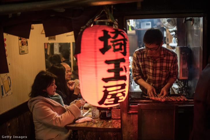 Jakitorit árusító stand Japán egy negyedében, ahol főleg jakitori éttermek sora várja szűk utcákon keresztül a helyieket és turistákat.