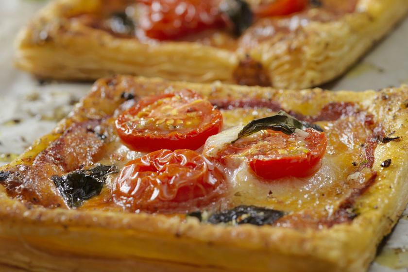 Mini piték paradicsommal és sajttal: leveles tésztából a legegyszerűbb