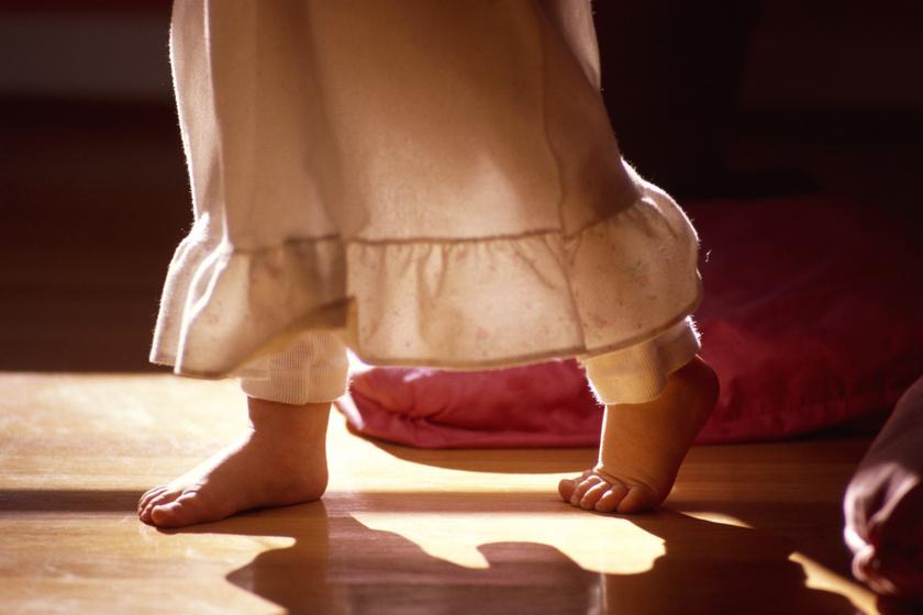 Igaz, hogy az alvajárót nem szabad felébreszteni? Mit tegyél, ha a gyermeked is érintett?