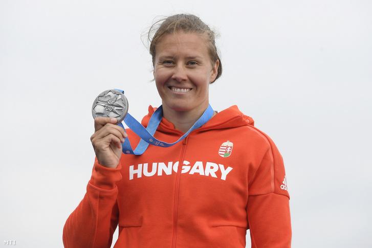 Kozák Danuta mutatja ezüstérmét a női kajak egyesek 500 méteres versenyének eredményhirdetésén a minszki II. Európa Játékokon a Zaszlavl regatta pályán 2019. június 27-én.