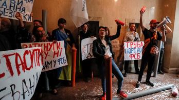 Símaszkban és poroltókkal hatoltak be Porosenko hívei az ukrán nyomozóiroda épületébe