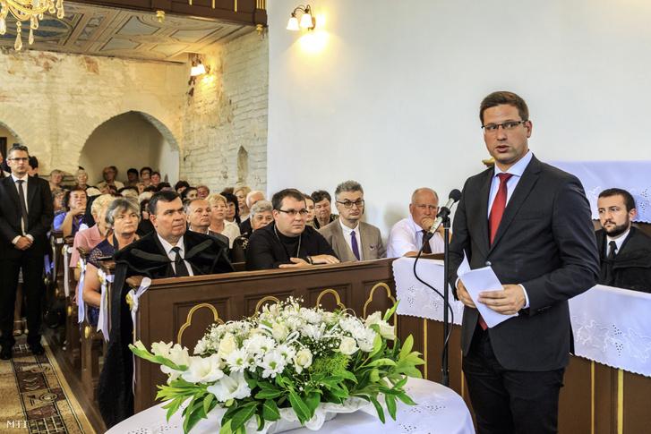 Gulyás Gergely, Miniszterelnökséget vezető miniszter beszédet mond az Ungvárhoz közeli Palágykomoróc magyar kormánytámogatással felújított református templomának ünnepélyes átadásán 2019. július 15-én.