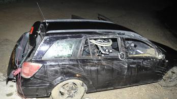 A Dunába gurult autó sofőrje szerint mozgáskorlátozott öccse engedte ki a kéziféket