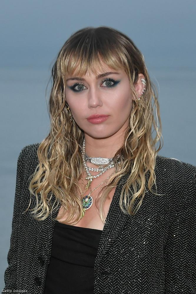 Miley Cyrus a napokban fakadt ki az anyasággal kapcsolatban
