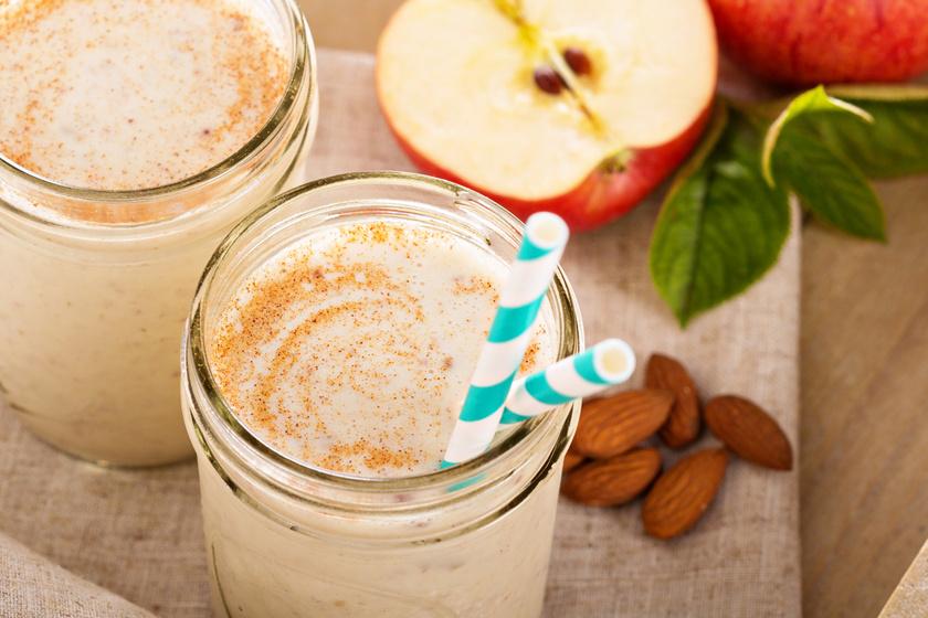 Két nagy piros alma egy deci görög joghurttal és csipetnyi fahéjjal, szerecsendióval tökéletes éhségűző, alakbarát ital. Az almát megpucolni sem kell, elég apró kockára vágni.