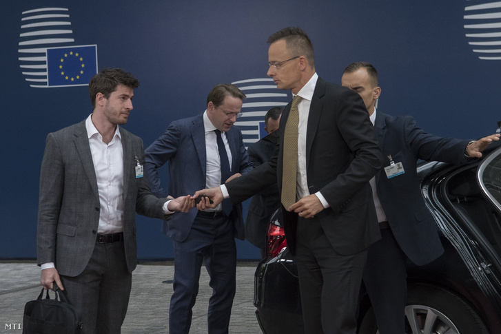 Szijjártó Péter külgazdasági és külügyminiszter (j2) megérkezik az Európa Ház bejáratához a Külügyek Tanácsa munkaülésére Brüsszelben 2019. július 15-én.