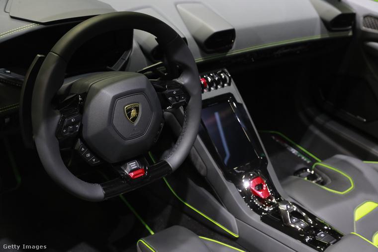Ez egy Lamborghini Huracan Evo Spyder műszerfala, a kép márciusban készült a genfi International Motor Show-n.