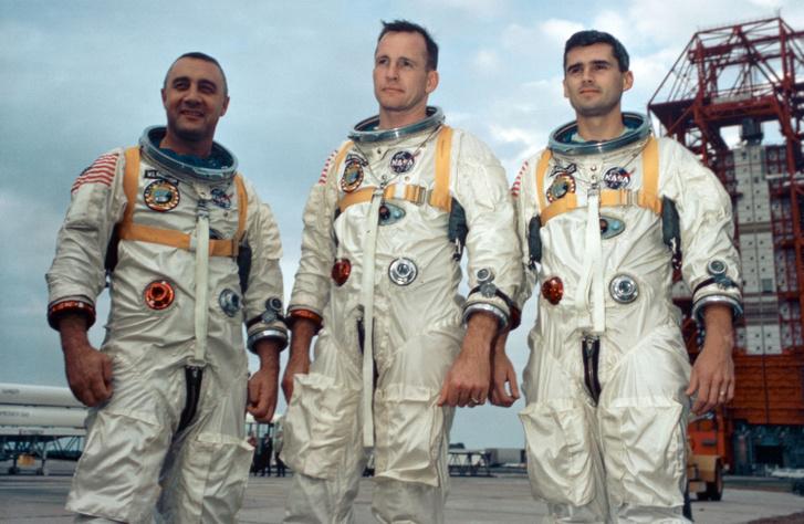 """Az Apollo-1 később odaveszett legénysége. Balról jobbra: Virgil """"Guss"""" Grissom, Edward White (Amerika első űrsétása) és Roger Chaffee"""