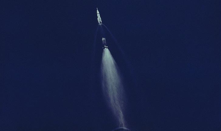 A pillanat, amikor az Apollo-11 Saturn V-ösének egyes fokozata leválik a rakétáról kábé 60 kilométeres magasságban