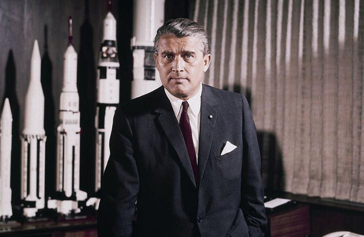 Wernher von Braun a Marshall Space Flight Center-beli íróasztalánál az űrverseny közepén, 1964-ben