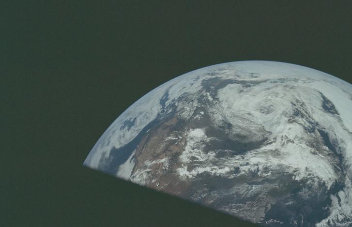 A legénység fotója, amit a Földtől távolodva, útban a Hold felé készítettek