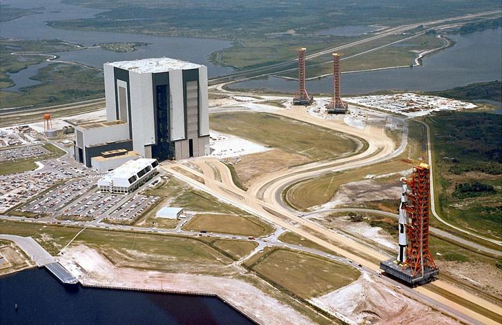 Egy Saturn V-ös útja a mobil indítóállványon a VAB-tól a 39A-ig