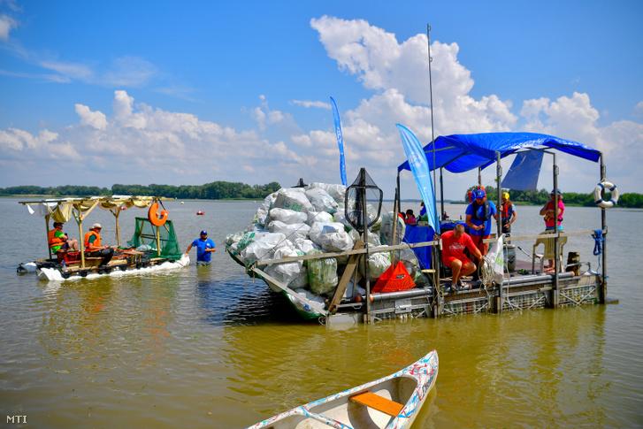 Saját építésű hajók érnek célba a felső-tiszai PET-kupasorozat Tisza-tavi futamán, a kiskörei strandnál 2019. június 18-án. Hét csapat hajója három nap alatt Tiszafüredtől Kisköréig három tonna a hulladékot gyűjtött össze, amelynek nyolcvan százaléka PET-palack volt, és ezeket a korábbi évekhez hasonlóan idén is újrahasznosítják.