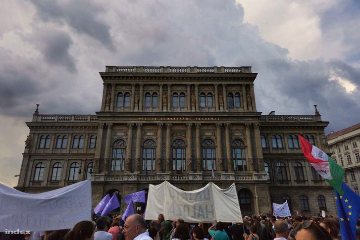 A Magyar Tudományos Akadémia (MTA) intézményrendszerének tervezett átalakítása ellen szervezett demonstráció résztvevői a Budapesti Corvinus Egyetem előtt, a Fővám téren 2019. június 2-án.