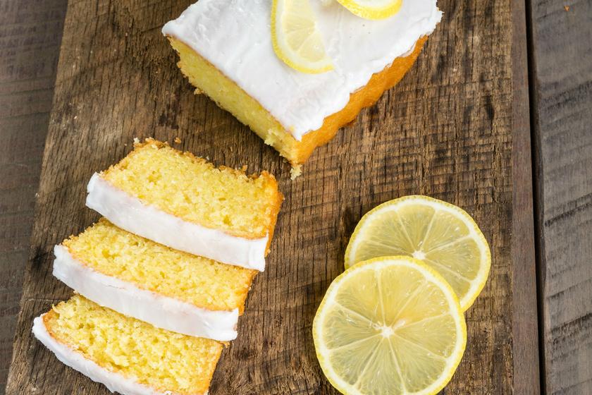 A citromos kevertnél egyszerűbb sütit aligha készíthetsz. Csak a nedves és a száraz hozzávalókat kell összekeverni. Ez a toscanai klasszikus a vajtól és a tejszíntől hihetetlenül puha lesz. A tetejére vajból, porcukorból és citromléből mázat is készíthetsz.