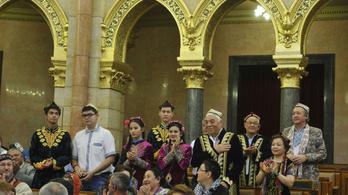 A kormánynak kedvesek az ujgurok, de Pekinggel nem vitázik értük