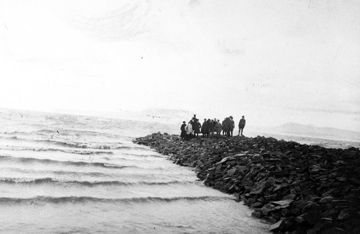 1910. Magyarország, Balaton, Balatonboglár épül a bal oldali móló a Kikötő sétány végében. Háttérben a Badacsony.