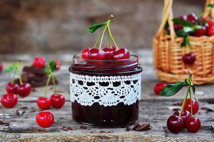 Sűrű csokis meggylekvár: egyszerre édes és savanykás