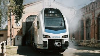 Kigördült az első emeletes vonat a dunakeszi járműjavítóból