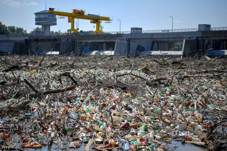 A tiszai árhullám miatt felgyülemlett több tonna uszadék és szemét a kiskörei vízerőműnél 2019. június 7-én